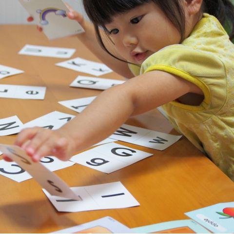 知育ゲームで遊ぶ子ども