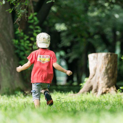 外で遊んでいる子ども